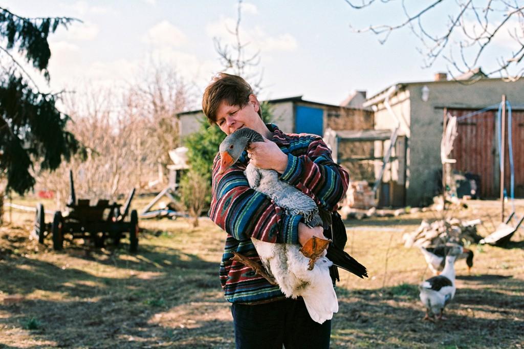 Gabi genießt die Zeit mit ihren Tieren, auch ihre beiden älteren Söhne leben noch auf dem Hof. © Neue Visionen Filmverleih