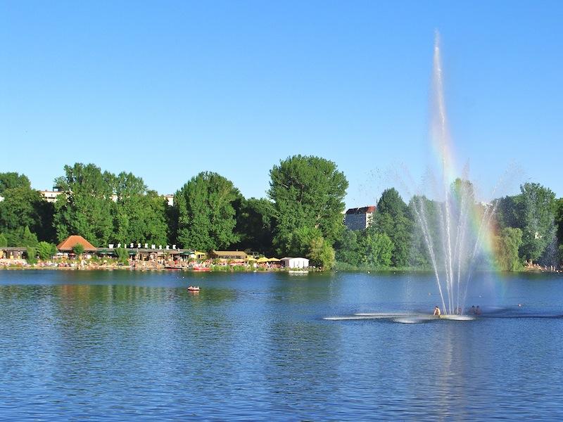 Im Sommer kann man im Weißen See schwimmen oder paddeln.
