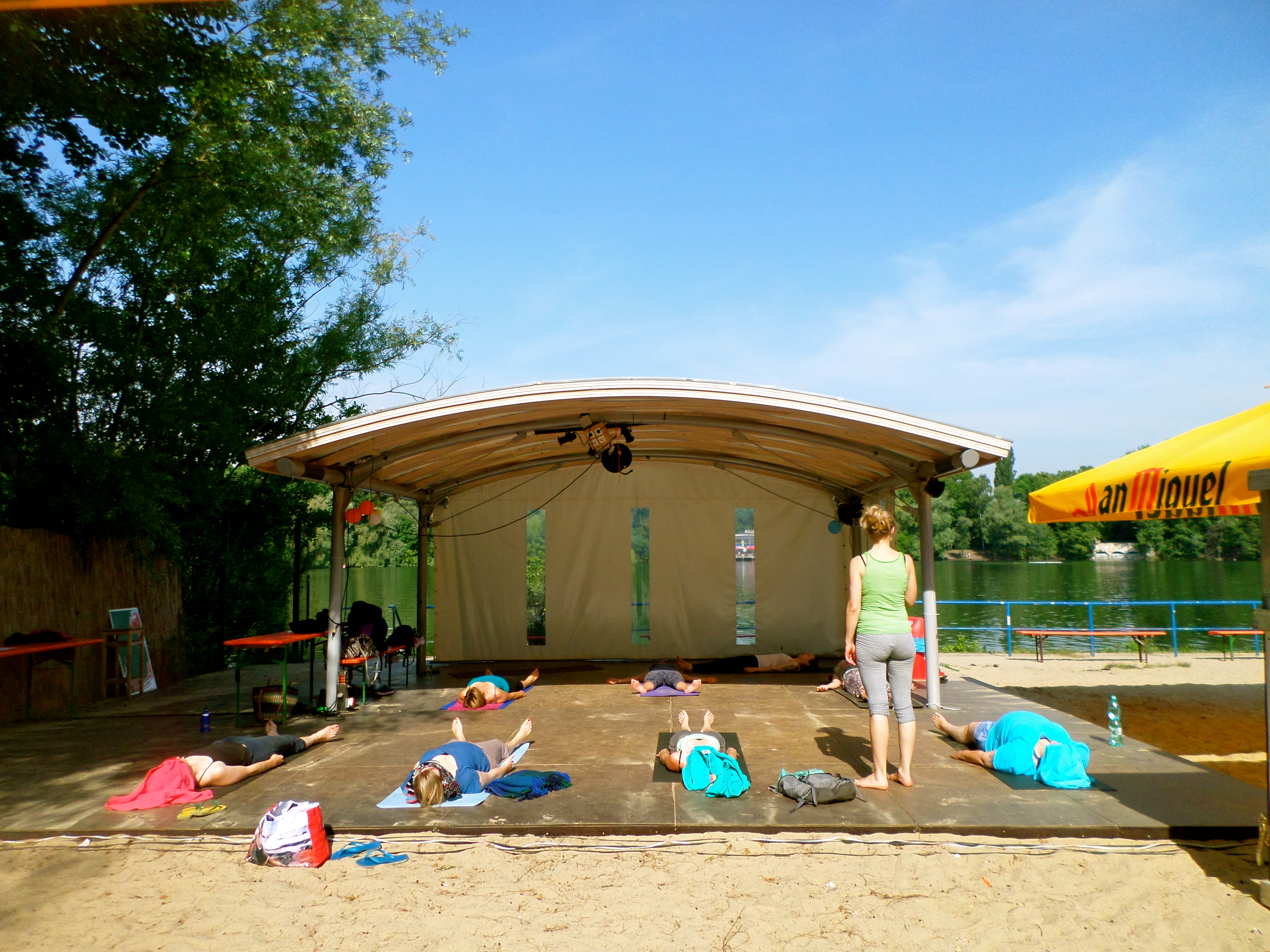 Im Sommer gibt es ein Mal pro Woche Yoga am Strand - im Winter Yoga in der Jurte.