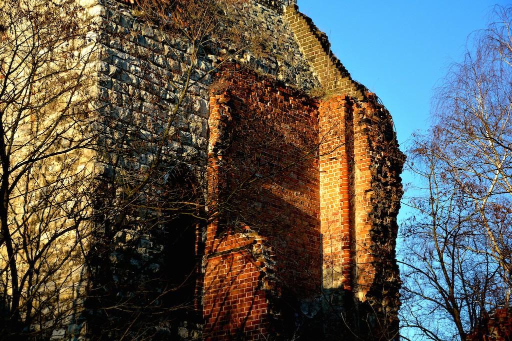 Man sieht noch gut die Ansätze zum Kirchenschiff (Foto: Christiane Kürschner).