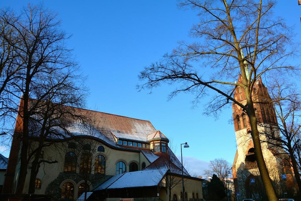 Der Bethanienturm am Mirbachplatz in trauter Runde mit dem evangelischen Gemeindehaus (Foto: Christiane Kürschner).