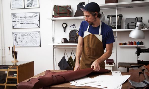 Stefan beim Ausrollen von Leder